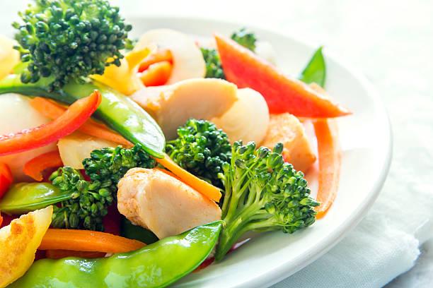 stir fry with chicken - стир фрай стоковые фото и изображения
