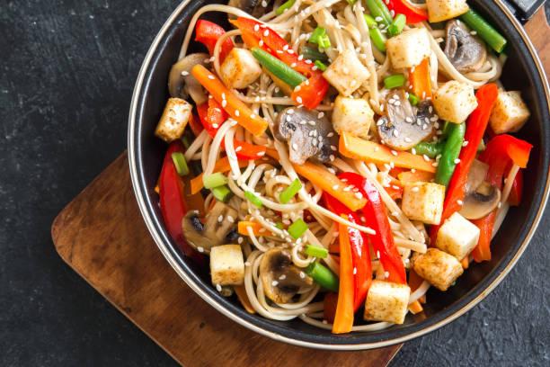 stir fry met noedels, champignons en groenten - vleesvervanger stockfoto's en -beelden
