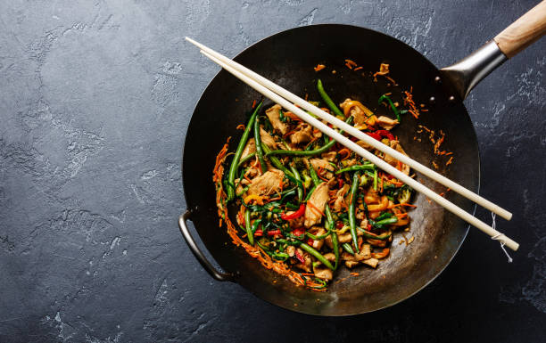 stir-fried chicken with green beans in wok - стир фрай стоковые фото и изображения