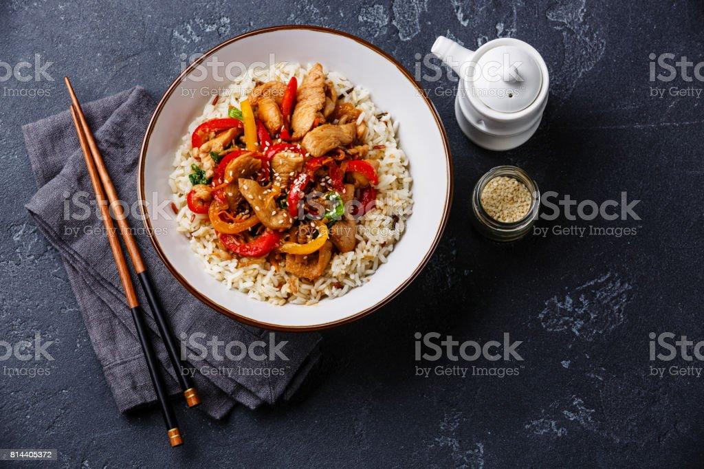 Unter Rühren braten Sie, mit Hühnerfleisch, Gemüse und Reis in Schüssel – Foto