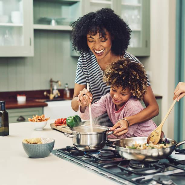 een beetje liefde roeren - cooking stockfoto's en -beelden