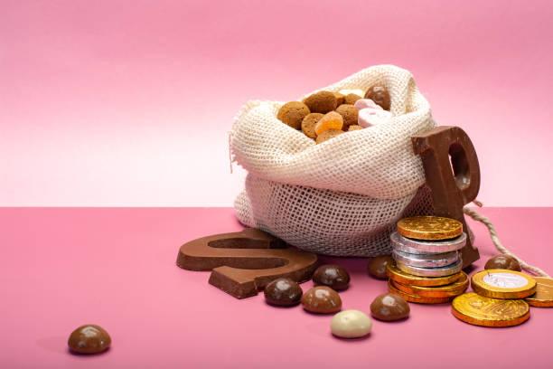 st.nicholas dag in december, kinderen vakantie in nederland, belgië, duitsland en curacao, kopiëren chocolade pittige gember koekjes, brieven en munten op roze achtergrond ruimte - cadeau sinterklaas stockfoto's en -beelden