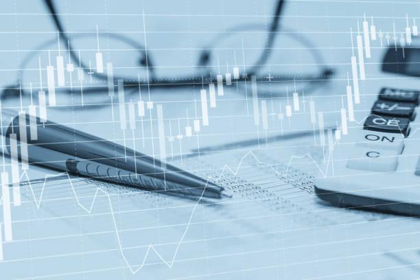 Gráficos de dados do estoque com planilha calculadora caneta e óculos. Foto Resumo de conceito do mercado de ações financeiras banco contabilidade análise de dados e monitoramento. - foto de acervo