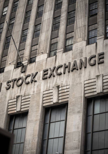 edificio de la bolsa de valores en manhattan - corredor de bolsa fotografías e imágenes de stock