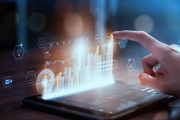 börsenmarktkonzept, geschäftsfrau handhändler presse digitales tablet mit graphen analyse kerzenlinie auf dem tisch im büro, diagramme auf dem bildschirm. - geschäftsstrategie stock-fotos und bilder