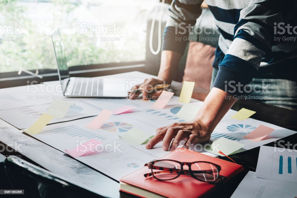 Stock Market Analyst Konzept verwenden Geschäftsleute Stift Notebook und Laptop-Computern, um die Richtung des Aktienmarktes zu analysieren. – Foto