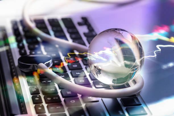 datos del mercado de valores con computadora y bola de cristal - foto de stock