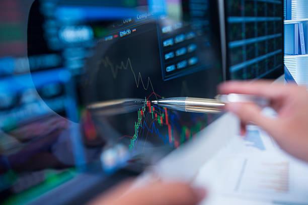 marché boursier graphique - courtier en bourse photos et images de collection