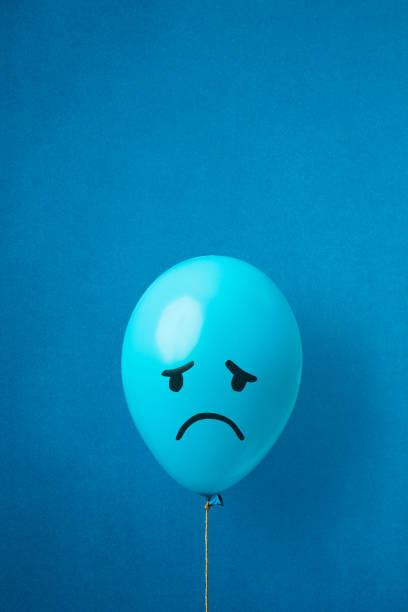foto di repertorio di un palloncino blu del lunedì su sfondo blu - blue monday foto e immagini stock
