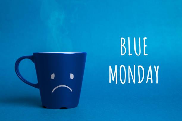 foto d'archivio di una coppa blu del lunedì su sfondo blu - blue monday foto e immagini stock