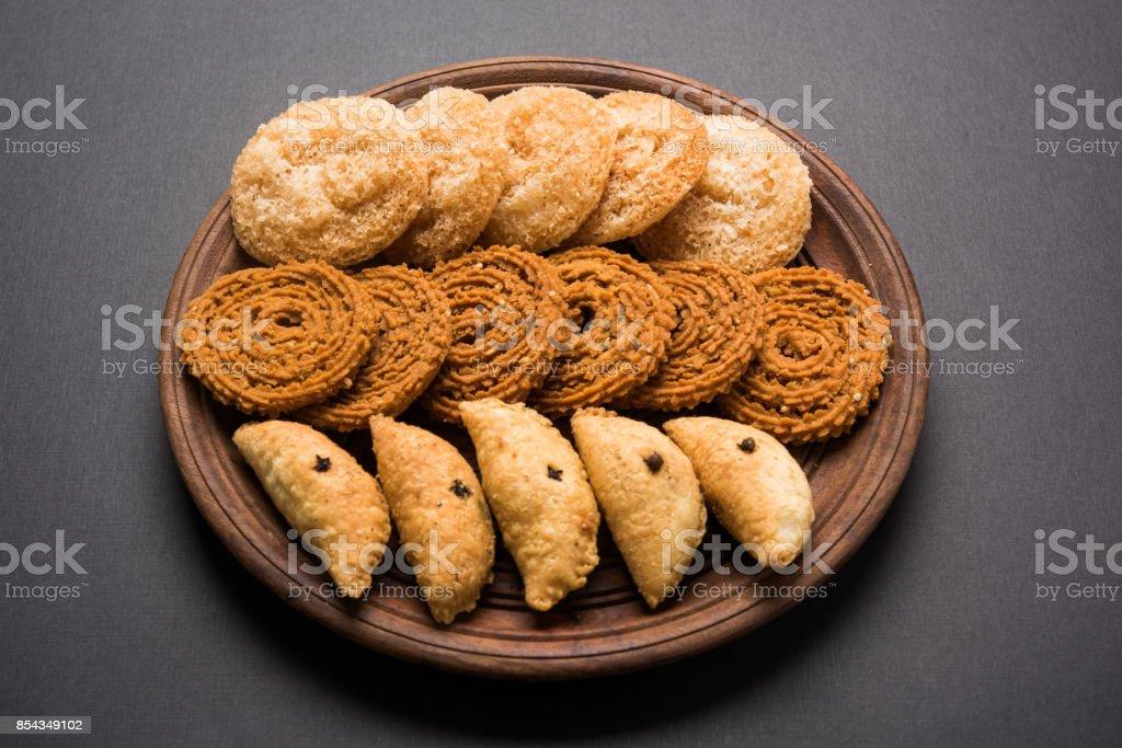 インド フェスティバルやディワリ祭の食品のストック フォトは、chakli、anarsa と karanji されてまたは Gujiya、セレクティブ フォーカスと呼ばれます。 ストックフォト