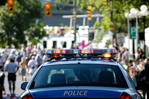 Stock Foto von Polizeiauto in der Masse – Foto