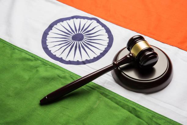 Stock Foto zeigt indische niedrig und Gerichtsstand - indische Nationalflagge oder tricolor mit hölzernen Hammer zeigt Konzept des Gesetzes in Indien – Foto