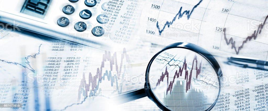 Aktienkurse mit Lupe und Rechner - Lizenzfrei Analysieren Stock-Foto