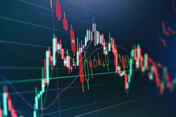 Hisse senedi ticareti, kripto para geçmişi. Toplantıda iş planı ve şirketin performansını görüntülemek için mali numaraları analiz. stok fotoğrafı
