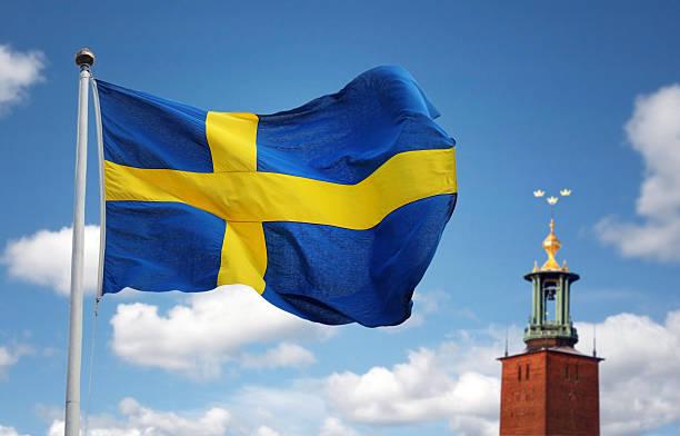 Estocolmo city e a bandeira da Suécia - foto de acervo