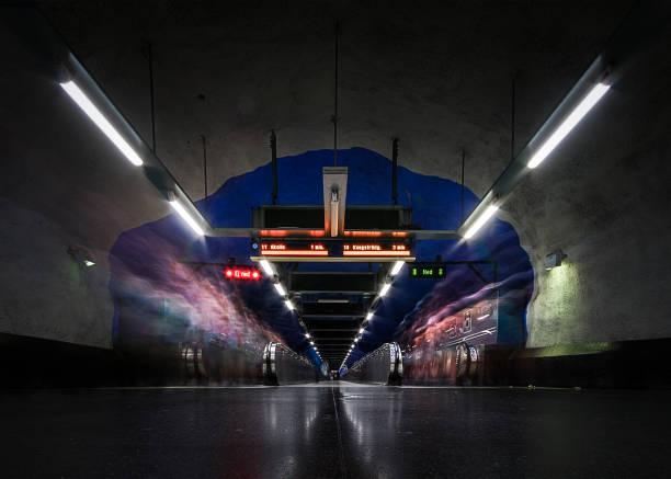 stockholm tunnelbane station och människor går genom rörliga gångväg - tunnel trafik sverige bildbanksfoton och bilder