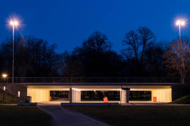 stockholm en liten bro i ralambshovsparksparken nattetid. - alexander farnsworth bildbanksfoton och bilder
