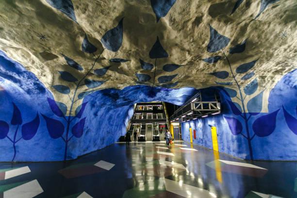 stockholm underground metro station t-centralen-en av de vackraste tunnelbanestationen, öppnades 1957, design tillverkad i 1975. blå linjen, centralstationen - tunnel trafik sverige bildbanksfoton och bilder
