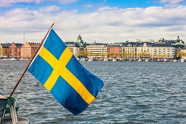 Estocolmo vista para o centro da cidade, com uma bandeira da Suécia - foto de acervo