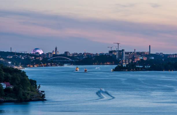 Stockholms inlopp sett från Värmdö en fin sommarnatt - foto de stock