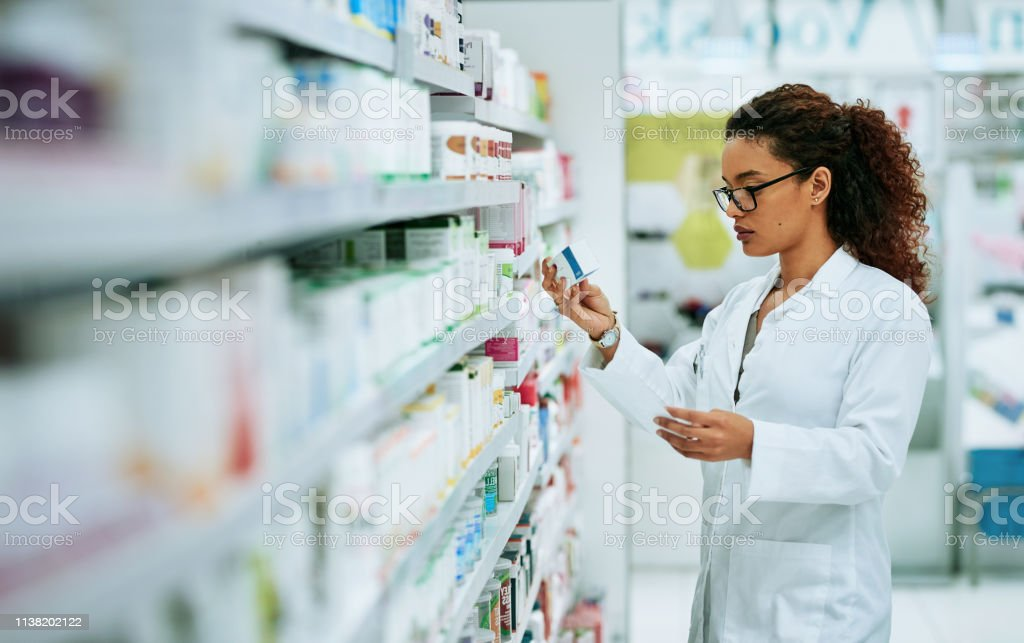 Stocking up on the best products in the pharmaceutical industry - Royalty-free Adulto Foto de stock