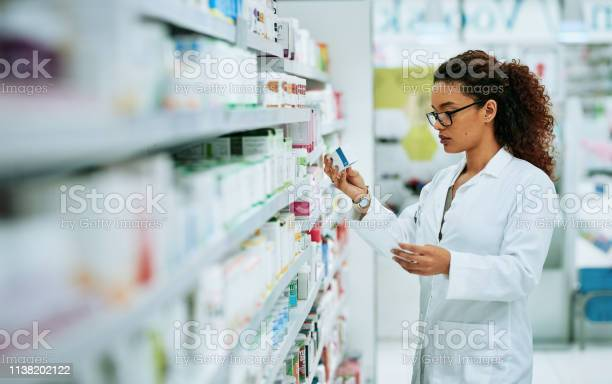 Stocking Up On The Best Products In The Pharmaceutical Industry - Fotografias de stock e mais imagens de Adulto