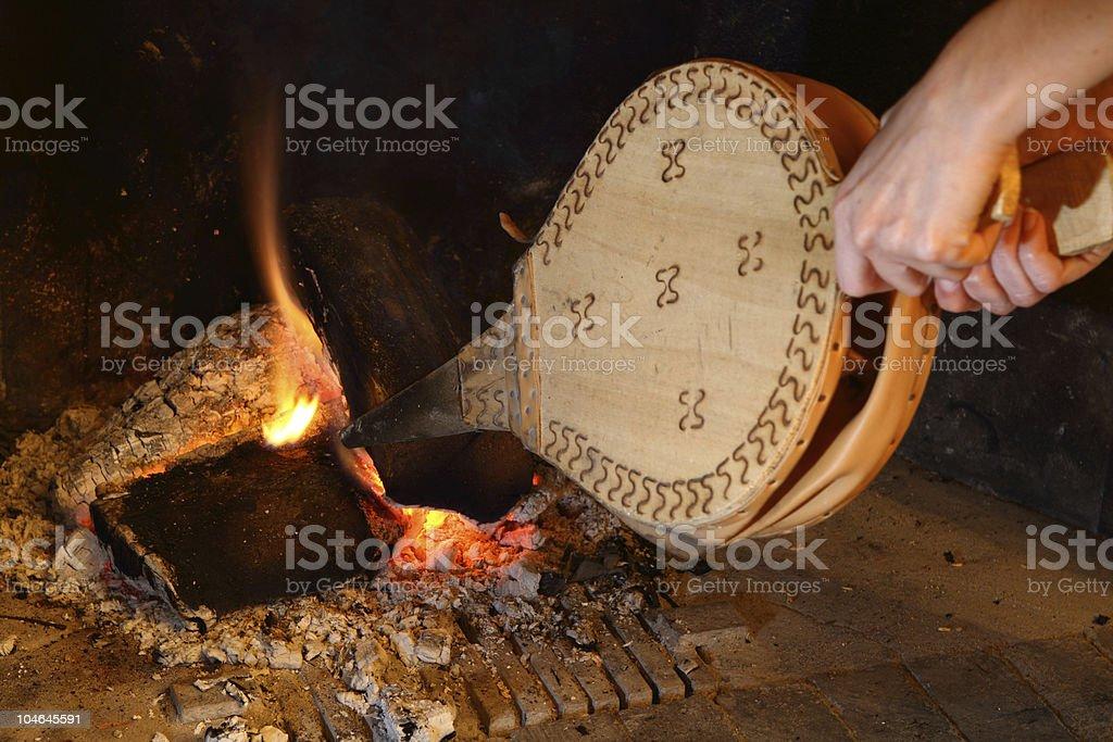 Stoke das Feuer - Lizenzfrei Blasebalg Stock-Foto