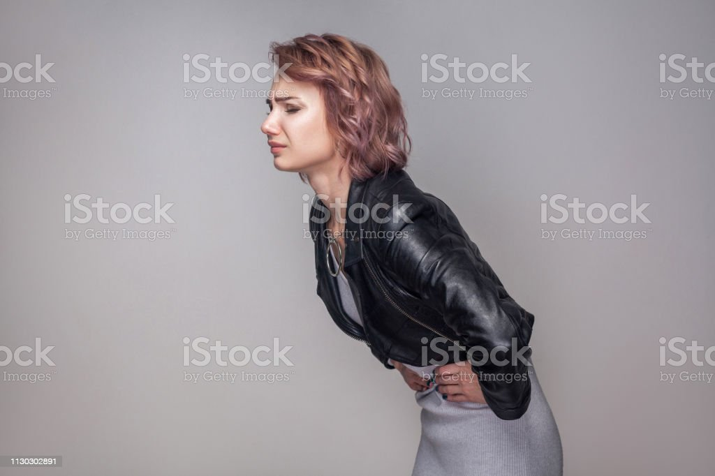 Jeune Femme Debout Décontractée En Short Et Veste En Cuir