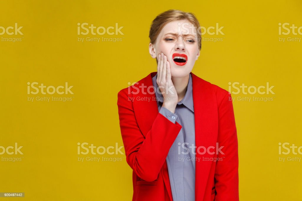 Stomatologie Problem. Rothaarige Geschäftsfrau im roten Anzug haben Zahnschmerzen. – Foto