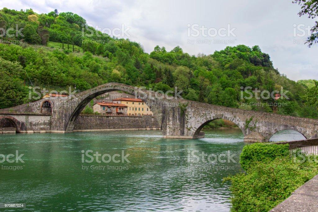 Stein-Bogenbrücke aus dem 14. Jahrhundert über den Fluss Serchio Ponte della Maddalena – Foto