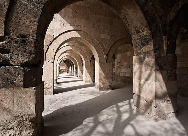 stone arches in turkish sultan han caravanserai - karavanserai stockfoto's en -beelden