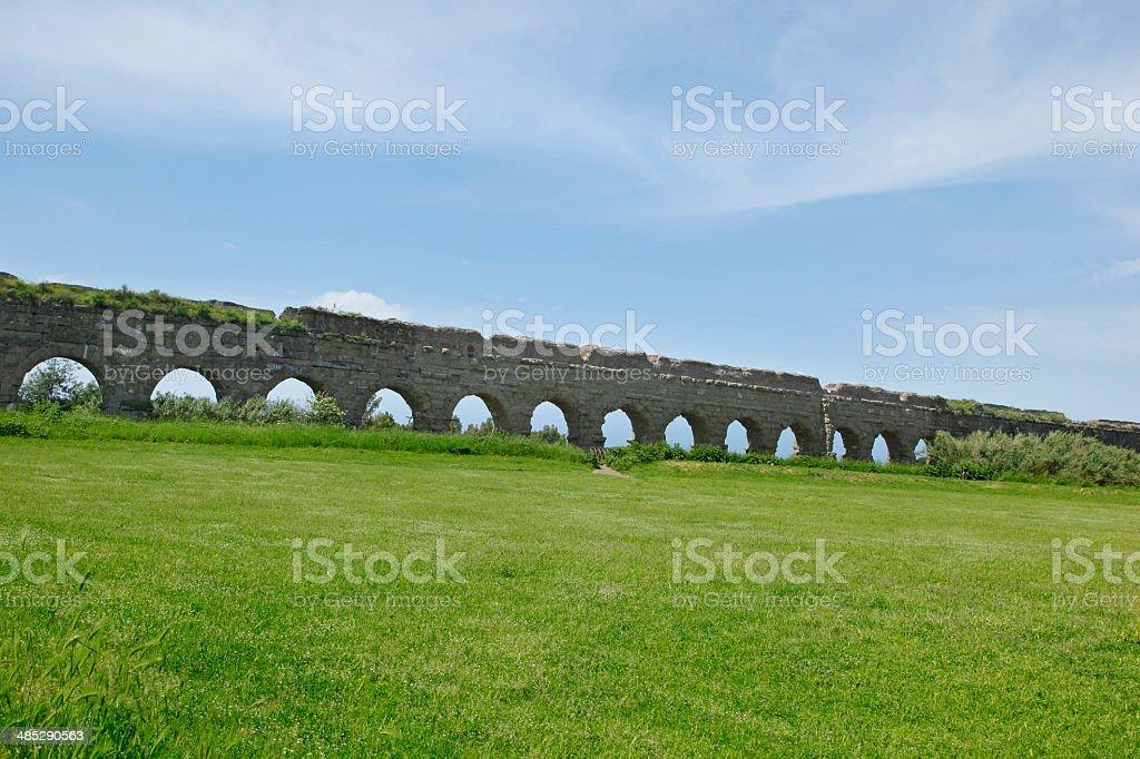 Le arcate di pietra antico acquedotto romano - foto stock