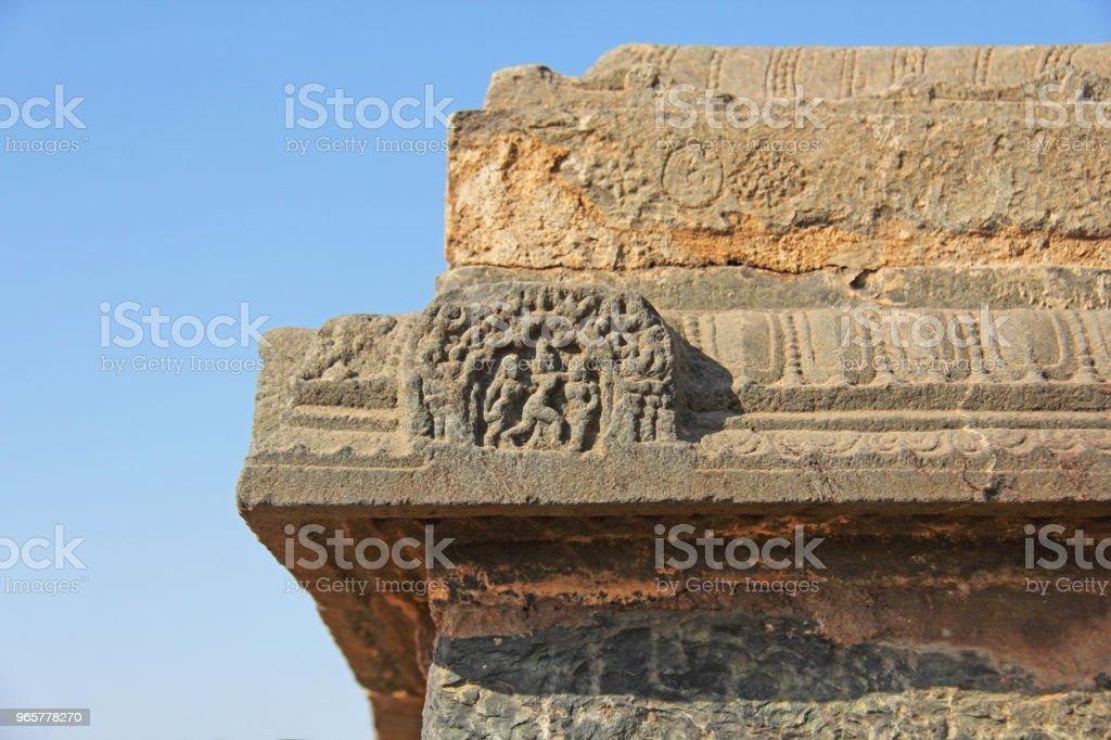 Stone bas-reliëfs op de muren in tempels Hampi. Snijwerk de steen oude achtergrond. Gesneden figuren gemaakt van steen. UNESCO World Heritage Site. Karnataka, India. Stone achtergrond. - Royalty-free Antiek - Toestand Stockfoto