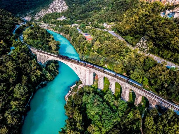 Steinbrücke und Dampflok – Foto