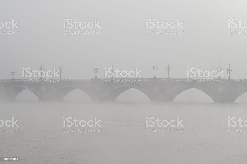 Stone Bridge dans le brouillard de Bordeaux, France - Photo