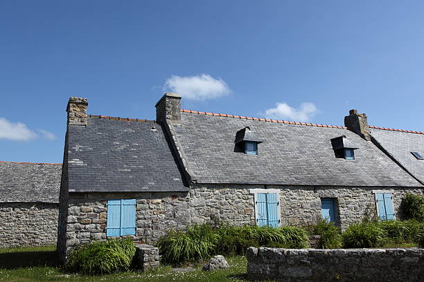 stone brittany house in frankreich. - hofladen stock-fotos und bilder