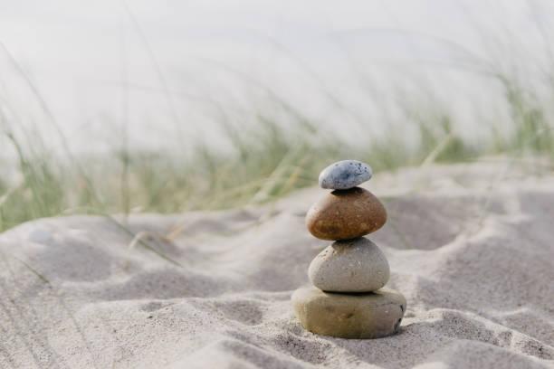steincairns am strand, baltisches meer - wellness ostsee stock-fotos und bilder