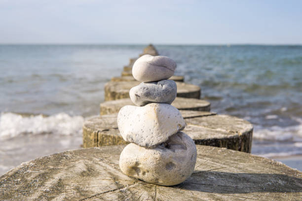 stein cairns baltisches meer - wellness ostsee stock-fotos und bilder