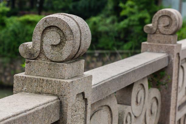 Barandillas de puente talladas en piedra - foto de stock