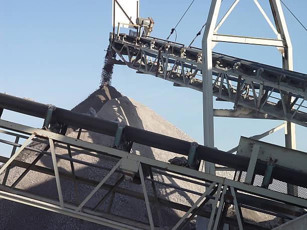 stone crusher förderanlage - betonwerkstein stock-fotos und bilder