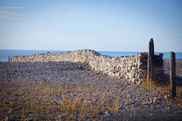 stone-Zaun auf einem Stein beach.GN – Foto