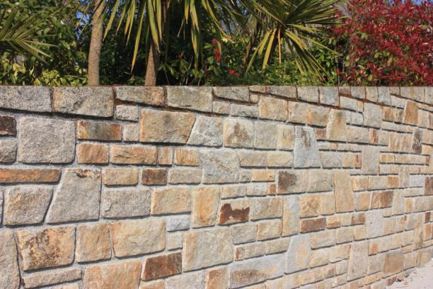 steinmauer gemacht aus granit - steine für gartenmauer stock-fotos und bilder