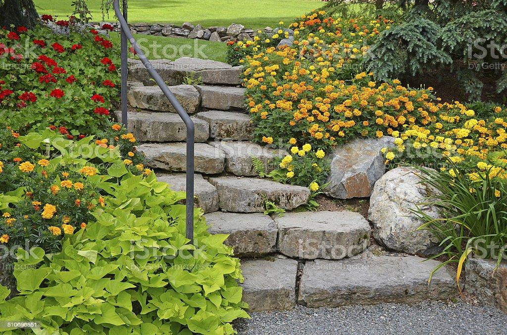 Pietra da giardino scale fotografie stock e altre immagini di aiuola istock - Scale da giardino ...