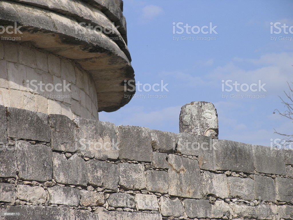 Cabeza sobre una pared de piedra foto de stock libre de derechos