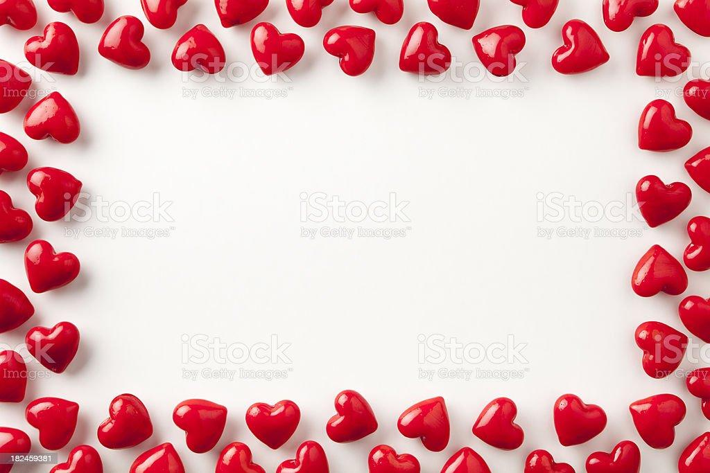 Stone corazón bastidor. Amor día de San Valentín fondo rojo brillante; Símbolo foto de stock libre de derechos
