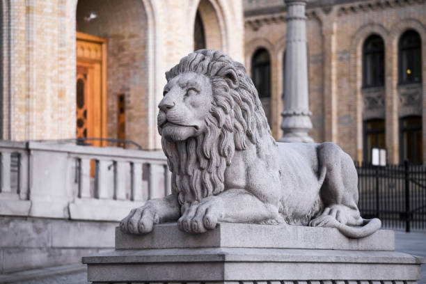 Stone lion Stone lion on the background of the parliament in Oslo. Norway norwegian culture stock pictures, royalty-free photos & images