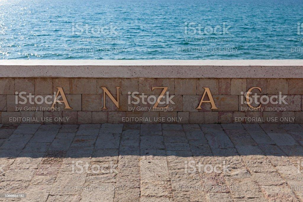 Mémorial de pierre sur la plage à l'anse d'Anzac à Gallipoli - Photo