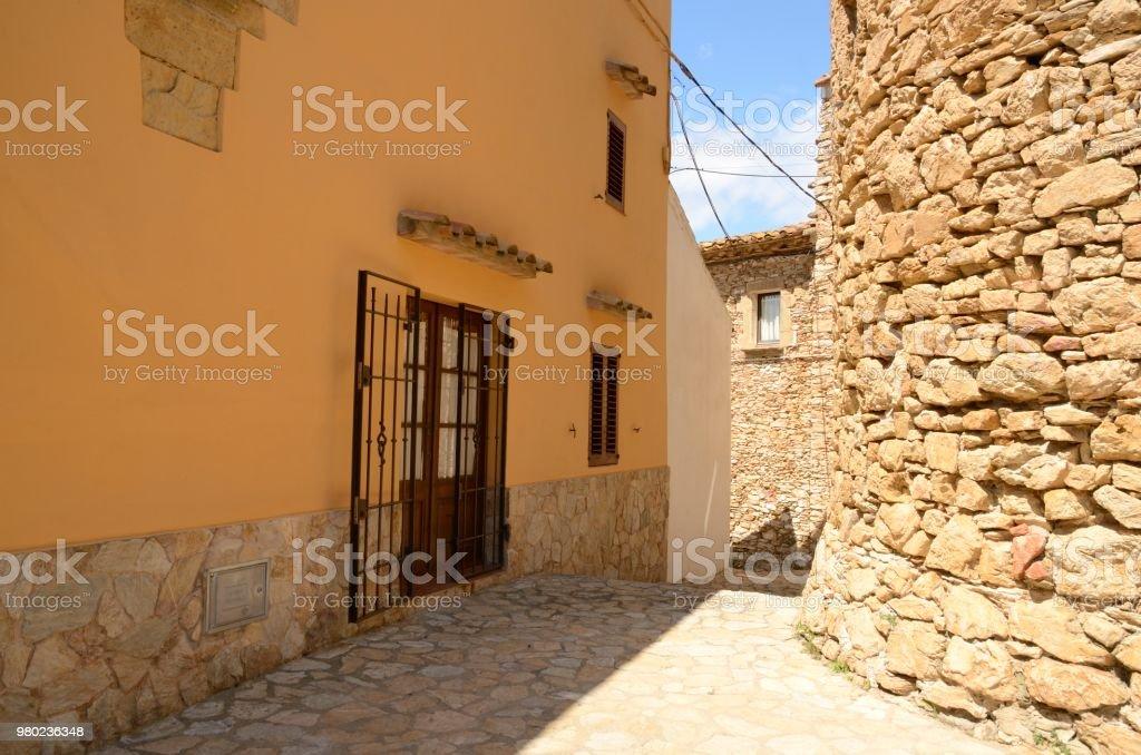 Ruta de piedra en pueblo medieval - foto de stock