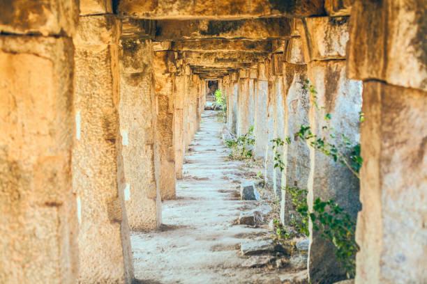 Каменные столбы создают туннель stock photo